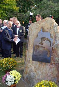 """Der neue Gedenkstein zu """"30 Jahre Abschluss Umsiedlung Königshoven"""" am Königshovener Dorfbrunnen."""