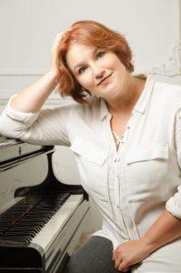 Julia Diedrich wird als Pianistin Daniela Bosenius begleiten und mit Soloeinlagen begeistern.