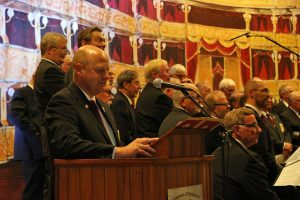 Vorsitzender Manfred Speuser begrüßte die vollbesetzte Bürgerhalle.