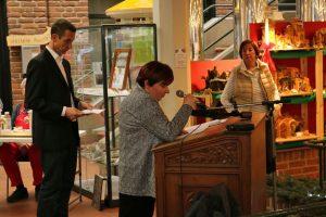 Vorsitzende der Kunstgemeinschaft, Gabriele Steinmann, begrüßte die Besucher der Kunstausstellung und freute sich schon auf den MGV.