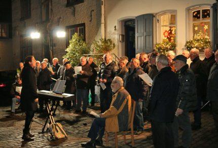 Viele Besucher lockte der Königshovener Quartettverein zum Adventskalendertürchen öffnen nach Alt-Kaster am 9. Dezember 2016. [Fotos: Bastian Schlößer]