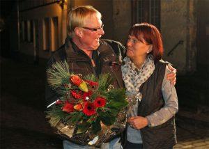 Kassierer Hans Erdmann bedankte sich mit einem Blumenstrauß bei Heidrun Bußmann für die liebevoll weihnachtlichen Dekorationen sowie die organisatorische Vorbereitung.