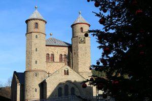 Die Basilika St. Chrysanthus und Daria von Bad Münstereifel hinter dem großen Weihnachtsbaum vor dem Rathaus.