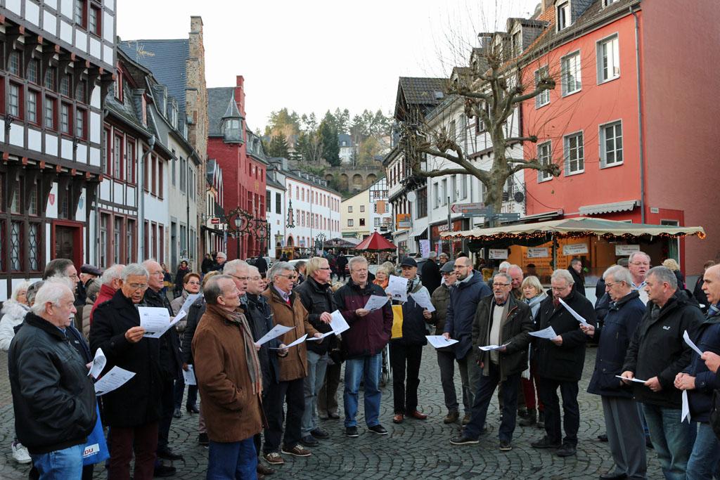 Beim Flashmob Weihnachtssingen waren die Weihnachtsmarktbesucher schnell begeistert. [Fotos: Bastian Schlößer]