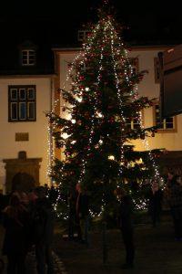 Der Weihnachtsbaum von Bad Münstereifel auf dem Rathausplatz.