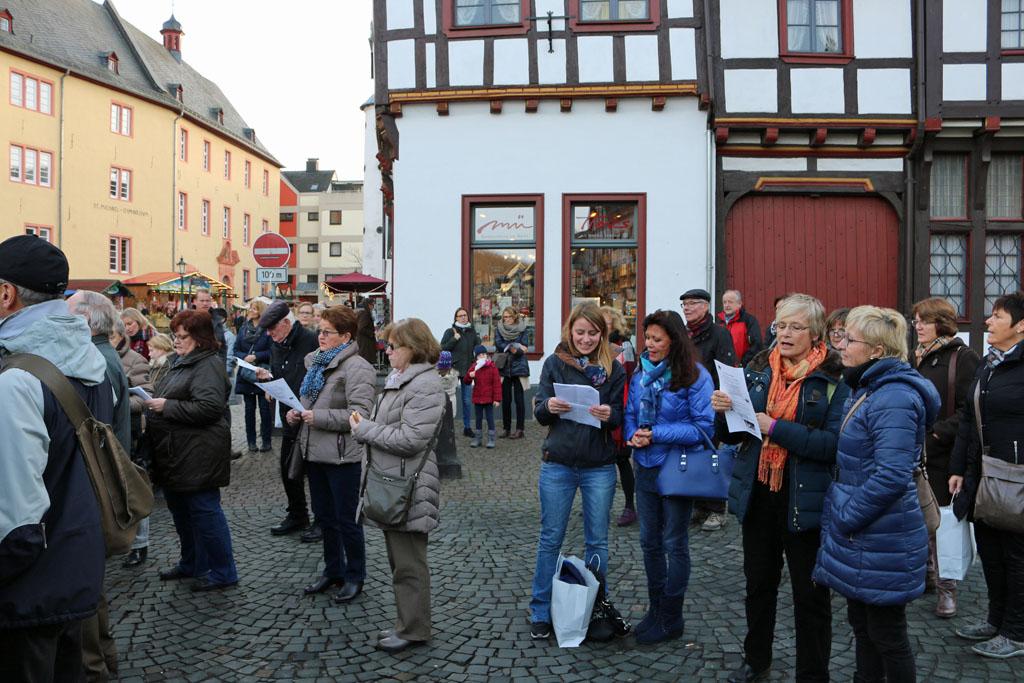 Viele Besucher des Weihnachtsmarktes griffen sofort zu den Liedtexten und stimmten gerne mit ein.