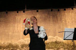 Daniela Bosenius während ihrer Solovorträge mit dem Weihnachtsteddy und Weihnachtselchi.