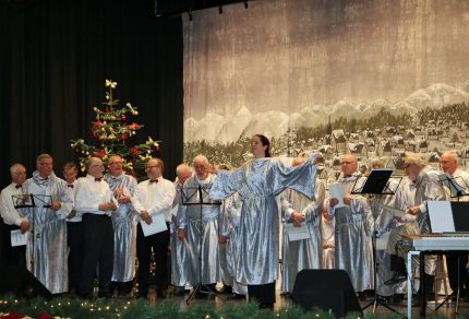 """Beim großen Finale sang der Königshovener Quartettverein mit allen Gästen """"Stille Nacht, Heilige Nacht""""."""
