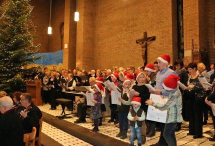 Beim großen Finale formierten sich alle mitwirkende Chöre auf der Bühne und sangen gemeinsam mit dem Publikum in der Pfarrkirche St. Peter.