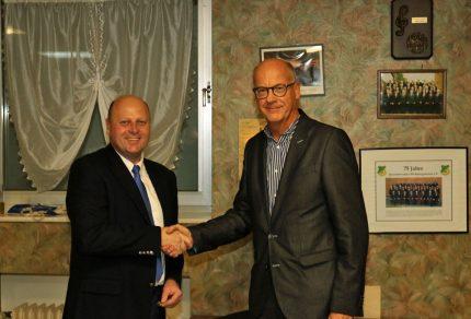 Vorsitzender Manfred Speuser (links) ehrte Protektor Dr. Dieter Gärtner mit der Ehrennadel des MGV Quartettverein 1930 Königshoven e. V. und ernannte Gärter als Ehrenmitglied.