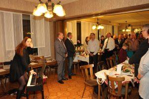 """Chorleiterin Daniela Bosenius beim Einsingen mit allen Gästen im Hotel """"Zum Casino""""."""
