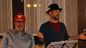"""Theo van Pey und Björn Hackbarth bei ihrem Vortrag zur Melodie von """"In der Weihnachtsbäckerei""""."""