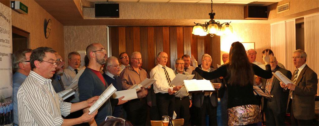Die Königshovener Quartettverein-Sänger mit Chorleiterin Daniela Bosenius beim traditionellen Weihnachtssingen. [Fotos: Bastian Schlößer & Willi Schlößer]