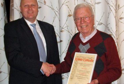 Quartettverein Vorsitzender Manfred Speuser ernennt Willi Held zum Ehrenvorsitzenden des Königshovener MGV. [Fotos: Willi Schlößer]
