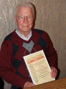 Sichtlich überrascht und zugleich sehr erfreut zeigte sich Willi Held über die Ernennung zum Ehrenvorsitzenden als ältestes Chormitglied.