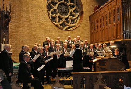 Der Königshovener Quartettverein hatte mit Chorleiterin Daniela Bosenius einige kölsche Lieder speziell für die musikalische Messgestaltung eingeübt. [Fotos: Bastian Schlößer]