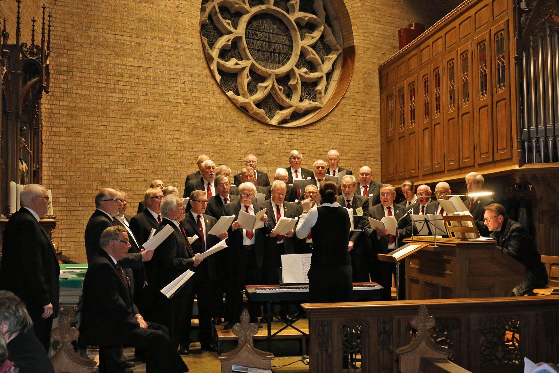 Der Königshovener Quartettverein hatte mit Chorleiterin Daniela Bosenius einige kölsche Lieder speziell für die musikalische Messgestaltung eingeübt, die Kantor Marcel Poetzat teilweise an der Orgel mit begleitet hat. [Fotos: Bastian Schlößer]