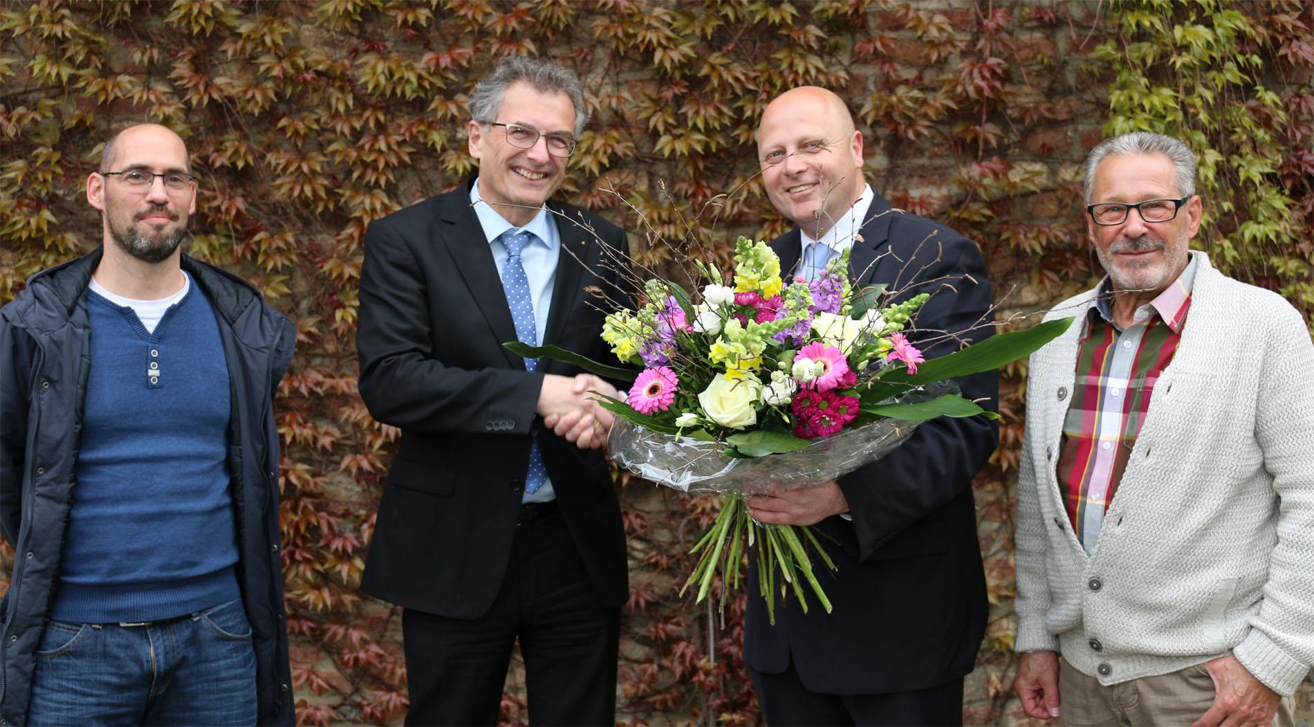Quartettverein Vorsitzender Manfred Speuser überreicht dem neuen Schirmherrn, Dr. Klaus Tiedeken, einen Blumenstrauß und freut sich gemeinsam mit seinen Vorstandskollegen Björn Hackbarth (links) und Theo van Peij über die offizielle Ernennung. [Foto: Bastian Schlößer]