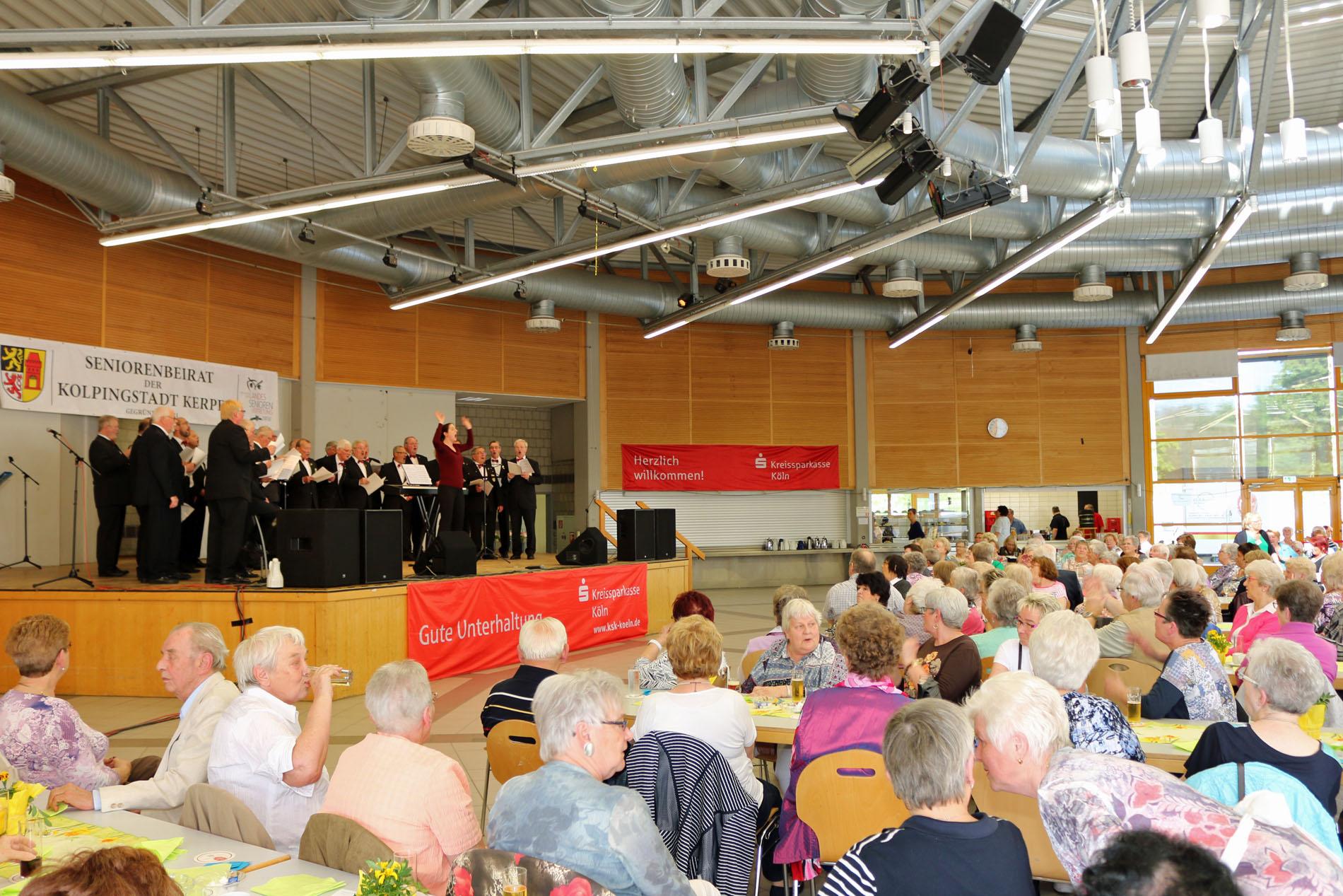 """Sichtlich viel Freude hatten Chor, Chorleiterin und Publikum an diesem Nachmittag bei """"Einen schönen Tag im Mai"""" in der Kolpingstadt Kerpen."""