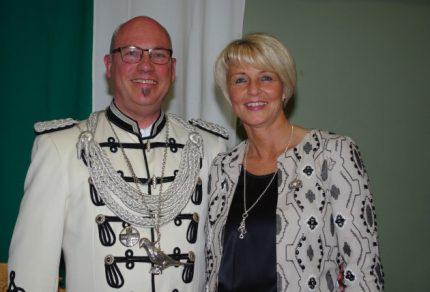 Reiner und Claudia Wirtz freuten sich als neues Schützenkönigsbar der St. Sebastianus Schützenbruderschaft in Königshoven über die musikalischen Beiträge des Quartettvereins. (Foto: www.sebastianus-koenigshoven.de