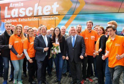 Armin Laschet freut sich gemeinsam mit Romina Plonsker und Hermann Gröhe sowie dem CDU-Wahlkampfteam bei der Abreise in Bedburg-Kaster. (Foto: Bastian Schlößer)