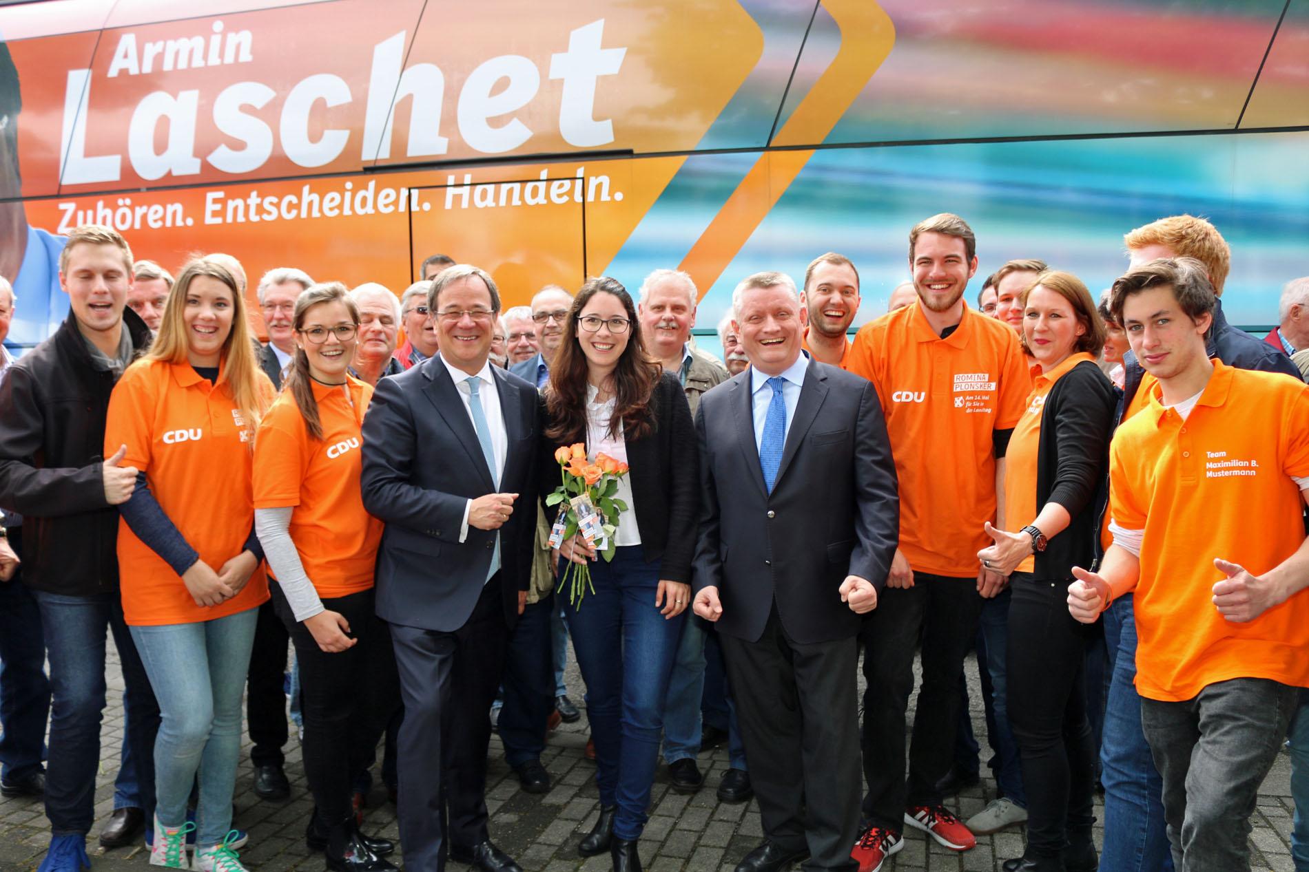 Armin Laschet freut sich gemeinsam mit Romina Plonsker und Hermann Gröhe sowie dem CDU-Wahlkampfteam bei der Abreise in Bedburg-Kaster auf den bevorstehenden Wahl-Sonntag. (Foto: Bastian Schlößer)