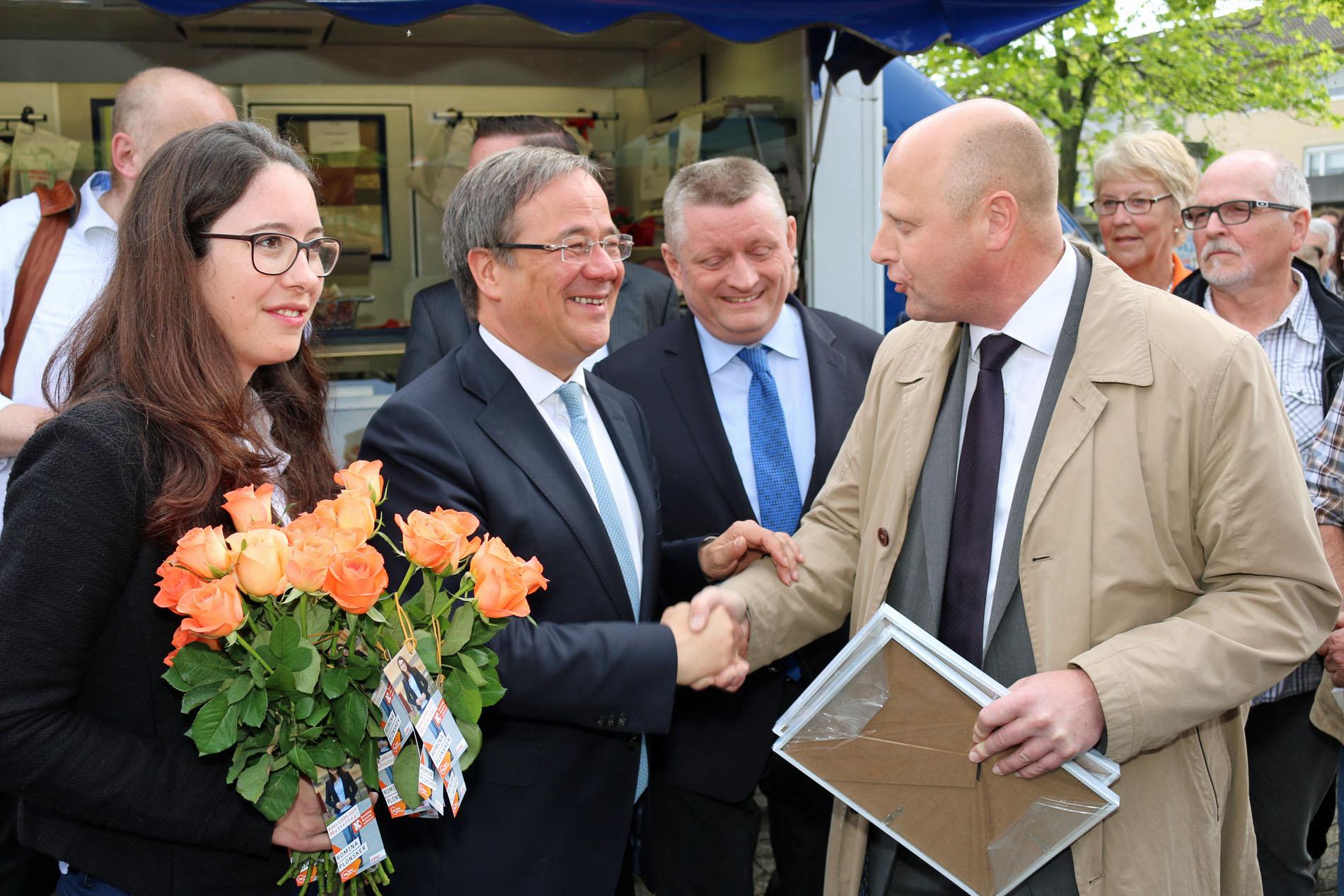 Manfred Speuser, Vorsitzender des Königshovener Quartettverein, überreicht als Gastgeschenk Armin Laschet ein Chorfoto mit persönlicher Widmung.