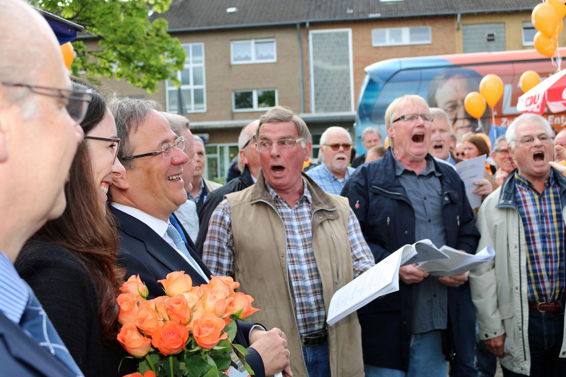 Die Politprominenz war begeistert von den musikalischen Darbietungen des Königshovener Quartettvereins.