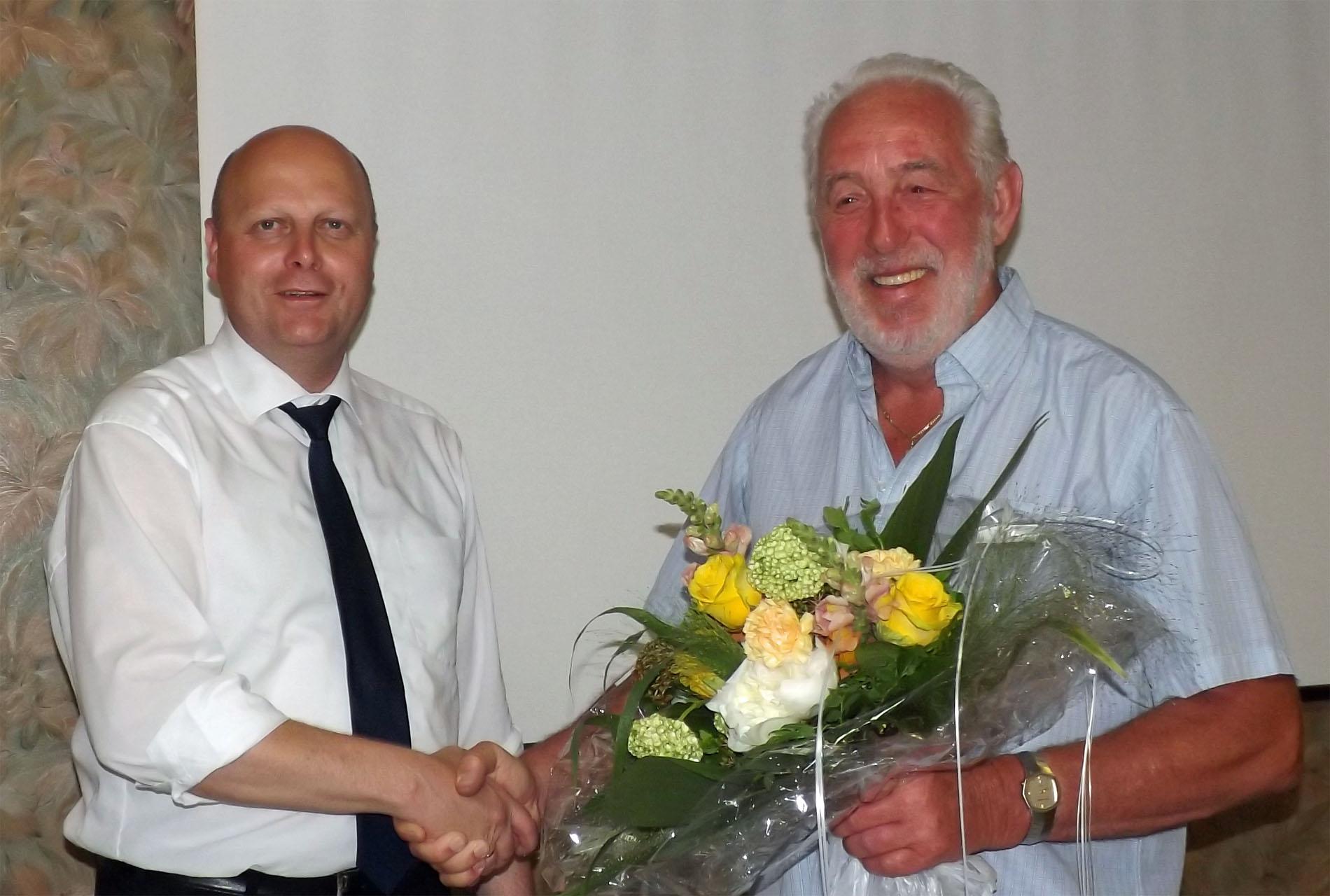 Vorsitzender Manfred Speuser (links) bedankte sich bei Willibert Düster für seine dreieinhalbjährige Unterstützung als Geschäftsführer. (Foto: Willi Schlößer)