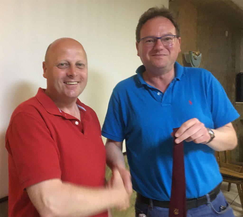 Manfred Speuser, Vorsitzender des Königshovener Quartettverein, freut sich bei der Übergabe der Vereinskrawatte und der weiteren offiziellen MGV Insignien über Thomas Auth aus Düren, der den MGV als neuen Sänger unterstützt. (Foto: Willi Schlößer)
