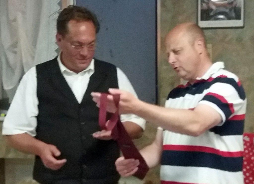 So sieht die bordeauxfarbene Krawatte des Königshovener Quartettverein aus, die nun auch offiziell Dr. Arnim Liekweg durch Manfred Speuser, Vorsitzender, überreicht wurde. (Foto: Björn Hackbarth)