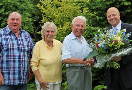 Sichtlich überrascht und erfreut war der 90-jähriges Ehrenvorsitzende Willi Held über den Besuch seiner Sangesbrüder. (Foto: Bastian Schlößer)