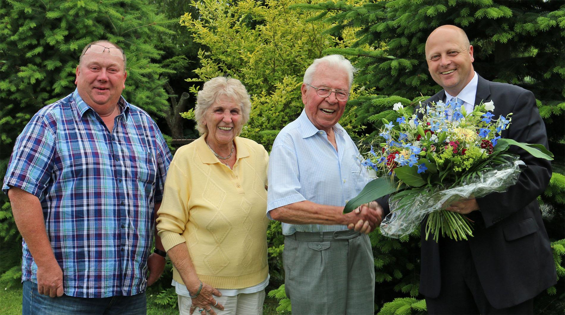 Sichtlich überrascht und erfreut war der 90-jährige Ehrenvorsitzende Willi Held mit seiner Gattin Irmgard über den Besuch seiner Sangesbrüder Manfred Speuser (rechts, Vorsitzender) und Thomas Pauls (Geschäftsführer). (Foto: Bastian Schlößer)
