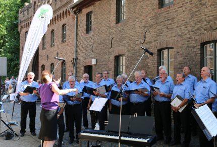"""Beim Sommer Open-Air-Konzert 2017 auf Schloss Paffendorf sangen die Königshovener Sänger mit Chorleiterin Daniela Bosenius """"Wenn meine Sonne scheint"""". (Fotos: Bastian Schlößer)"""