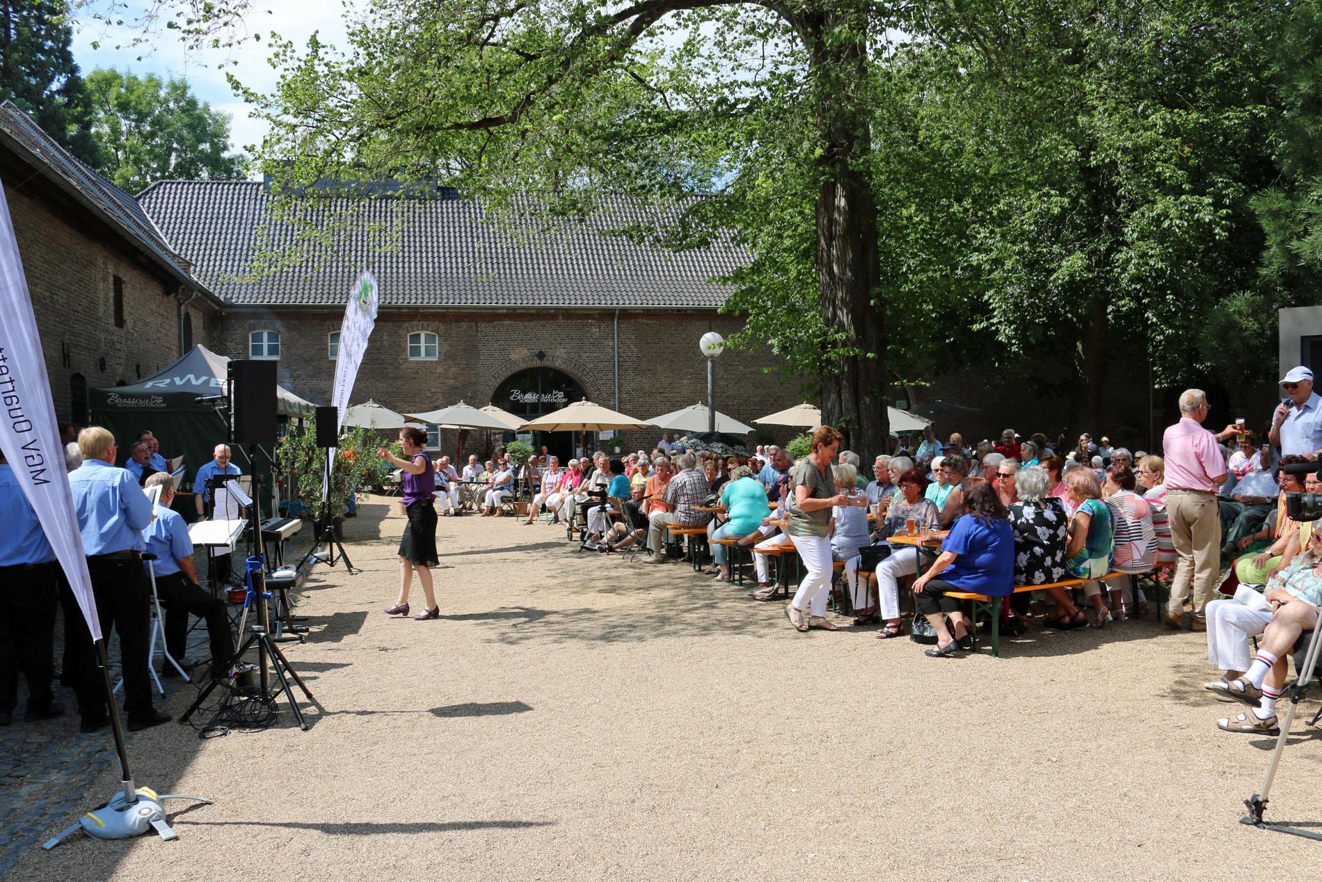 Auch in diesem Jahr waren unter den vielen Besuchern die Schattenplätze ganz besonders heiß begehrt.