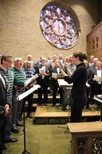 """Mit vollem Einsatz holte Chorleiterin Daniela Bosenius alles aus ihren """"Jungs"""" raus."""
