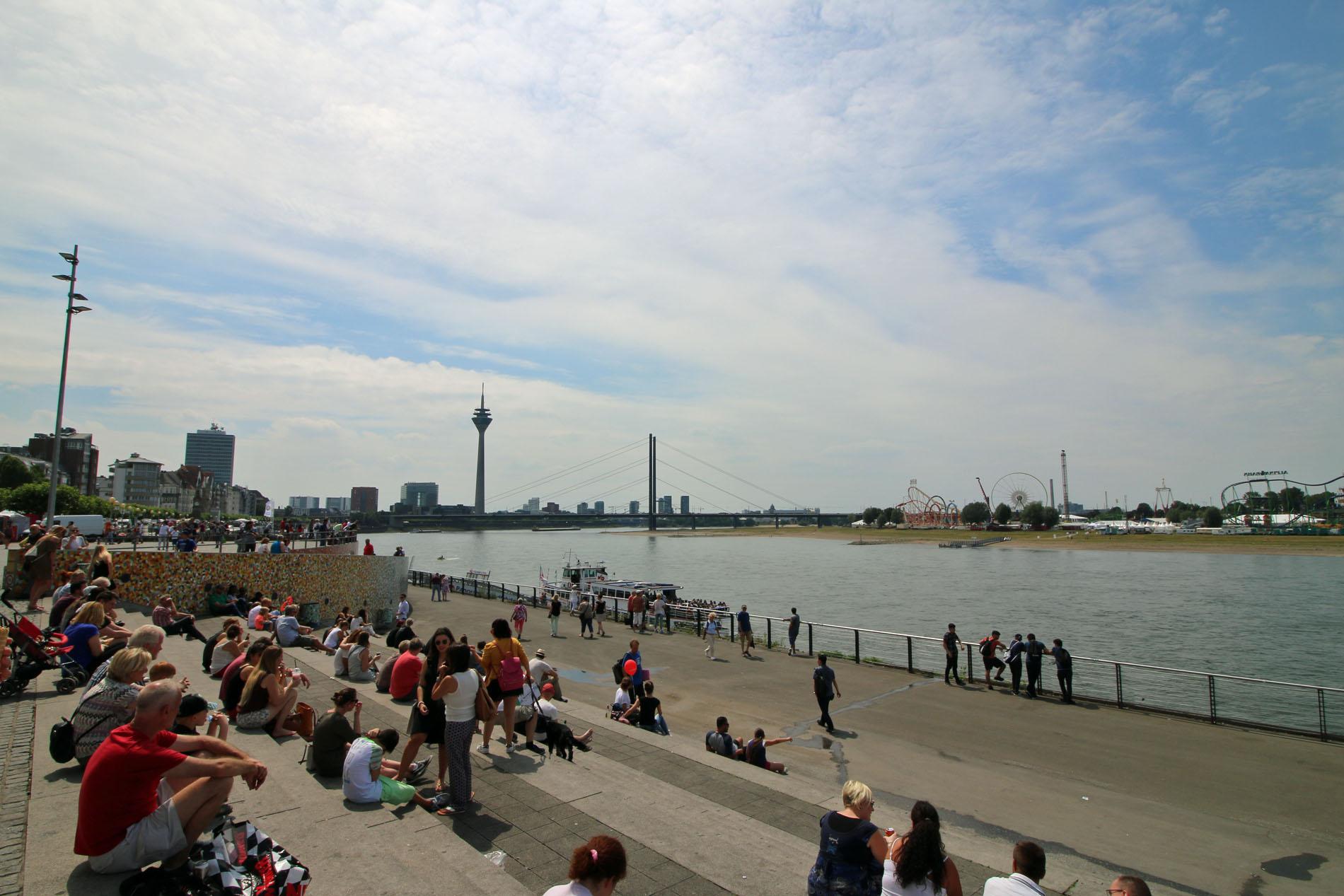 Die Skyline von Düsseldorf sowie der Rheinboulevard begrüßte die Königshovener Reisegruppe mit Sonnenschein. (Fotos: Bastian Schlößer)