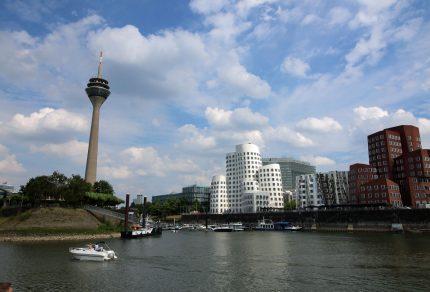 Der Düsseldurfer Fernsehturm sowie die grandiose Architektur im Medienhafen.