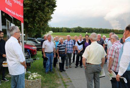 Mit einem musikalischen Überraschungsbesuch gratulierte der Königshovener Quartettverein Jürgen Olscher zum 40-jährigen Jubiläum im Hause der Kreissparkasse Köln. (Fotos: Bastian Schlößer)