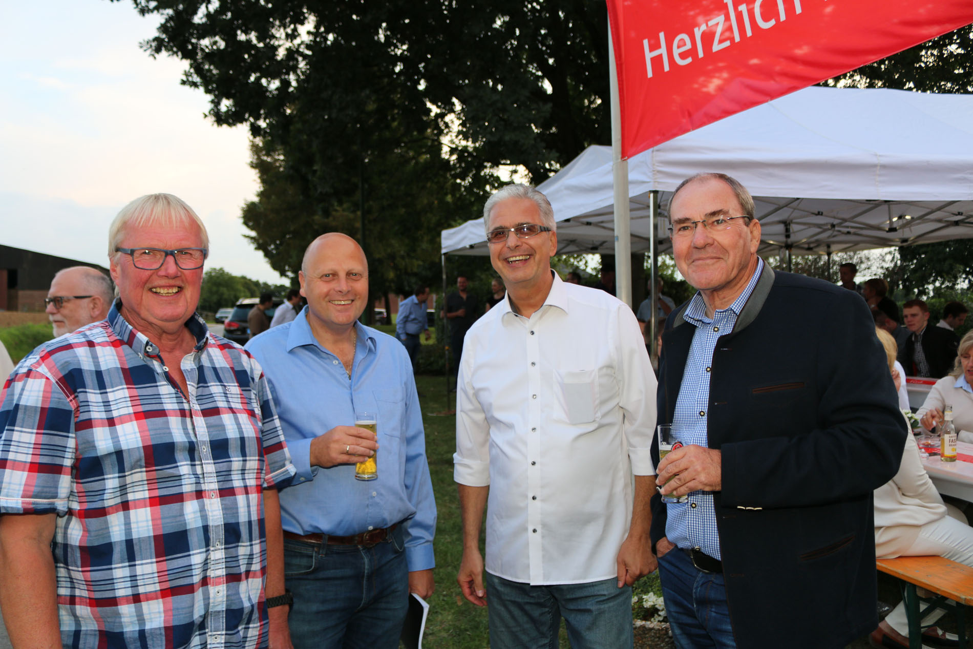 Noch während des Umtrunks war auch für den MGV deutlich, dass die Überraschung gelungen ist: Hans Erdmann (Kassierer), Manfred Speuser (Vorsitzender), Jürgen Olscher und Gerd Roß waren begeistert.