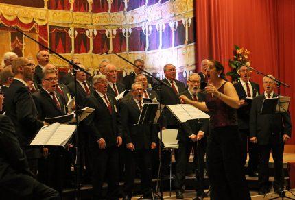Die Bürgerhalle in Bedburg-Königshoven ist gewöhnlich immer bestens besucht, wenn die musikalischen Herren samt Chefin zum Herbstkonzert einladen. (Foto: Bastian Schlößer)