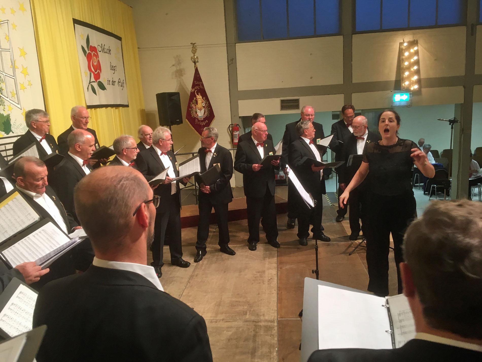 Schon beim Einsingen freute sich der Quartettverein mit Chorleiterin Daniela Bosenius auf den Gastauftritt beim Konzert der Sangesfreunde vom MGV Brüggen. (Fotos: Willi Schlößer)