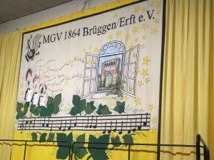 """Das Bühnenbild begrüßte die Zuhörer zum Konzert unter dem Motto """"Singen ist Leben"""""""