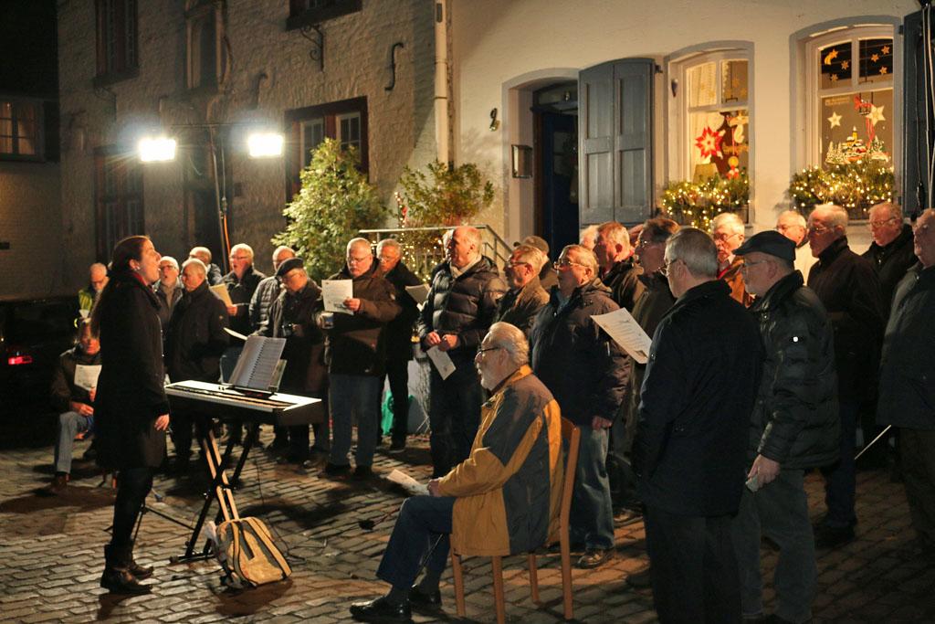 Schon im letzten Jahr fanden viele Besucher den Weg nach Bedburg Alt-Kaster zum Öffnen des Adventfensters. (Fotos: Bastian Schlößer)