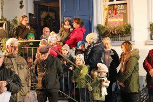 Inga Roeßing, Leiterin der Kindertagesstätte, öffnete mit ihren Kids das 1. Adventsfenster des diesjährigen Adventskalenders.