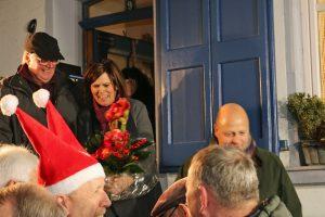 Quartettverein-Vorsitzender Manfred Speuser gratulierte im Namen des MGV der Gastgeberin Heidrun Bußmann zum runden Geburtstag.