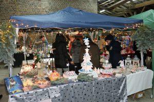 Viele verschiedene weihnachtliche Dekoideen und Kunstwerke wurden von den Künstlern auf dem Adventsbasar angeboten.