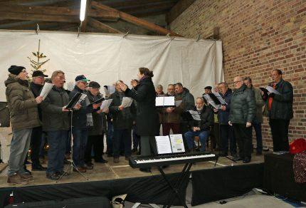 """Mit vorweihnachtlichen Klängen eröffnete der MGV Quartettverein 1930 Königshoven e. V. und Chorleiterin Daniela Boesnius den """"Adventsbasar"""" auf dem Schwierenhof in Bedburg-Kirdorf. (Fotos: Bastian Schlößer)"""
