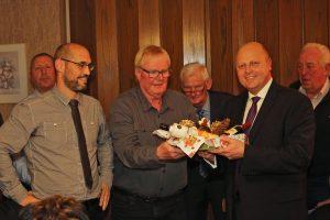 Stellvertr. Vorsitzender Björn Hackbarth und Kassierer Hans Erdmann bedankten sich bei ihrem Vorsitzenden Manfred Speuser für die vielen Stunden der Vereinsarbeit in 2017.