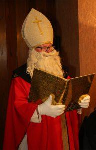 """Der Nikolaus war auch in diesem Jahr wieder Gast im Königshovener Hotel """"Zum Casino"""" Maaßen."""